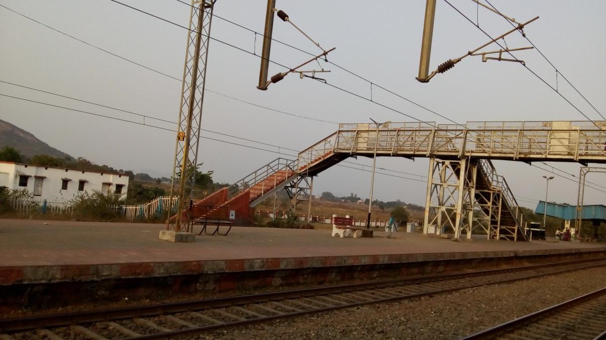 तू किसी रेल-सी गुज़रती है, मैं किसी पुल-सा थरथराता हूँ...दुष्यंत कुमार