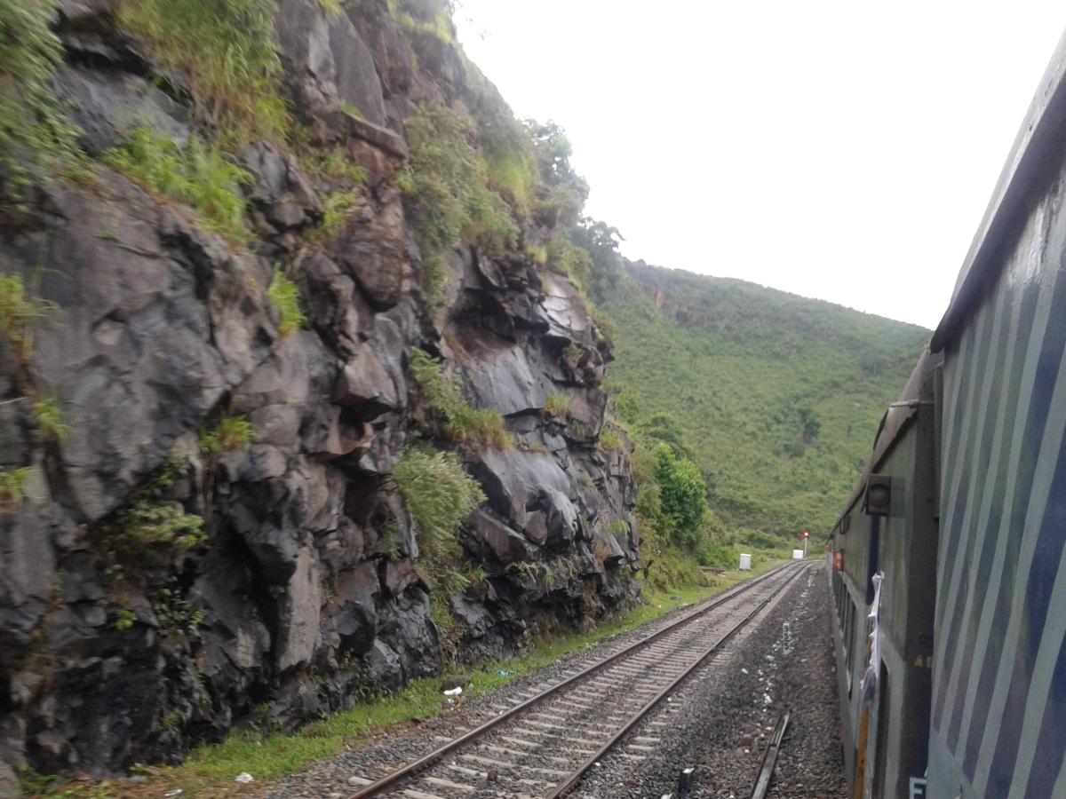 रेलवे में बढ़ती असुरक्षा के बीच जरूरतमंद कौन, ढ़कोसला कौन ?